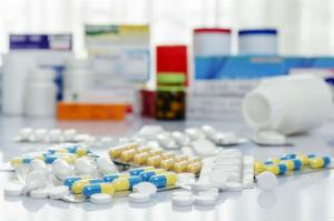 מגוון תרופות לטיפול בחרדה על שולחן