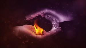 כפות ידיים שאוחזות באש ובמים