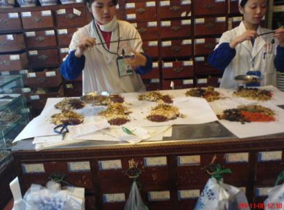 רקיחת צמחי מרפא לבישול בצנגד'ו - מערב סין