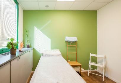 אחד מחדרי הטיפול במרפאת הדיקור של אופיר שגב פרימן