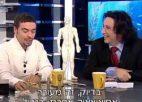 שני גברים יושבים ליד שולחן