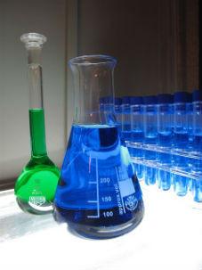 מבחנות וצנצנות מעבדה כסמל למחקר מדעי