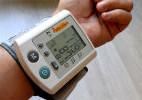 צילום של מד לחץ דם על ידו של מטופל