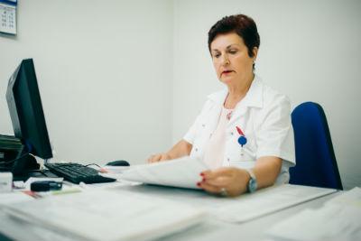 רופאה מעיינת בתוצאות בדיקה של האבחון הממוחשב