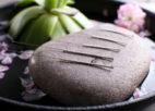 מחטי דיקור על גבי אבן חלקה
