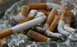 מאפרה מלאה בבדלי סיגריות