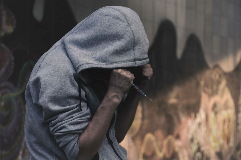 """גבר מכור לסמים בעת התקף """"קריז"""""""