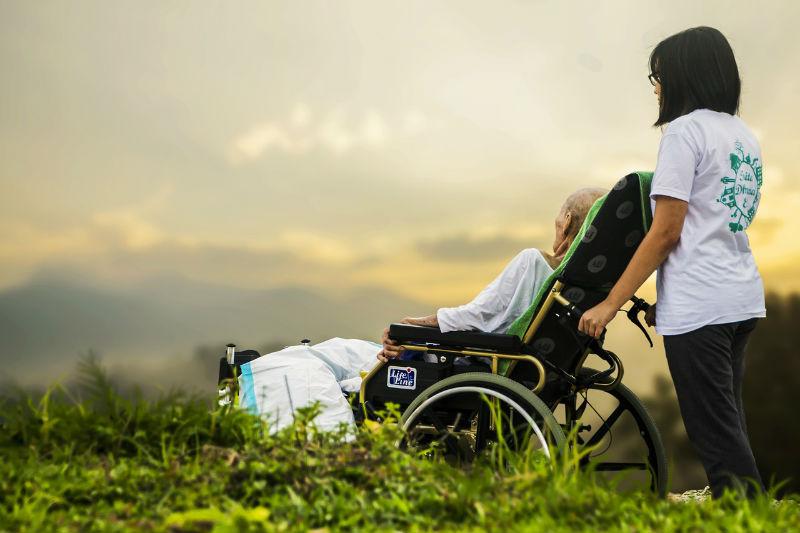 מטפלת סיעודית עם מטופלת גריאטרית בעת שיקום
