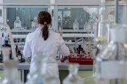 אישה מבצעת מחקר במעבדה